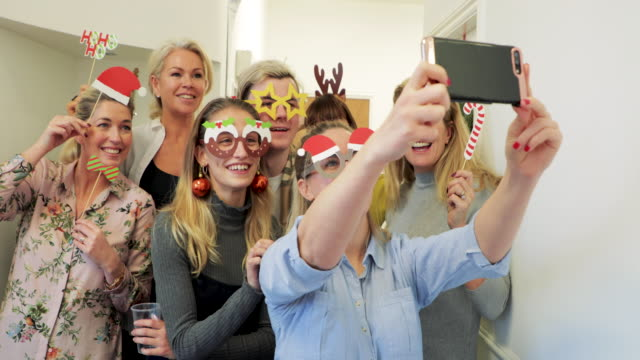 stockvideo's en b-roll-footage met kerst office selfie - feest  en gedenkdagen