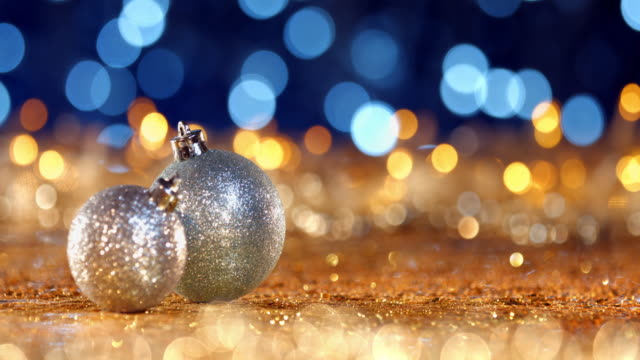 stockvideo's en b-roll-footage met kerst ornament op intreepupil lichten. decoraties bokeh blue gold - vijf dingen
