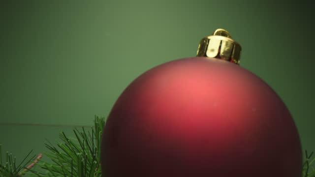 vídeos de stock e filmes b-roll de christmas ornament - pinaceae