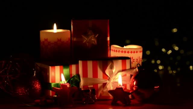decorazioni di natale decorazione, candele e - ambientazione interna video stock e b–roll