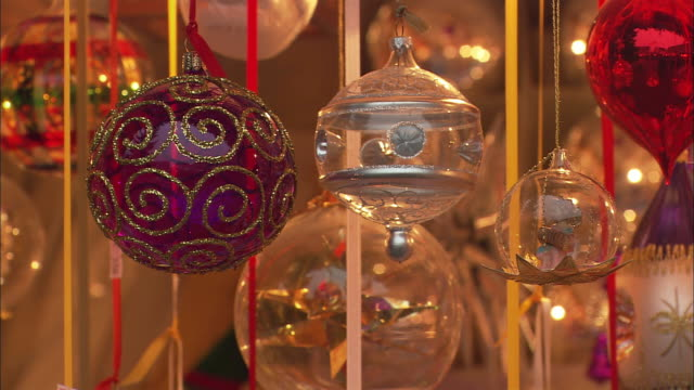 vídeos de stock, filmes e b-roll de cu christmas ornaments for sale at christkindlesmarkt (christmas market) / nuremberg, bavaria, germany - ornament