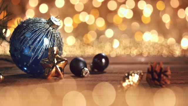 weihnachtsschmuck im defokussierten lichter. dekorationen-bokeh-blau-gold - fünf gegenstände stock-videos und b-roll-filmmaterial