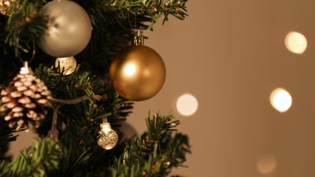 stockvideo's en b-roll-footage met christmas ornaments on the christmas tree and bokeh background effect - dennenappel