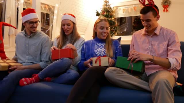vídeos y material grabado en eventos de stock de fiesta de navidad - generación z celebrando la navidad y la apertura de regalos de navidad - generation z