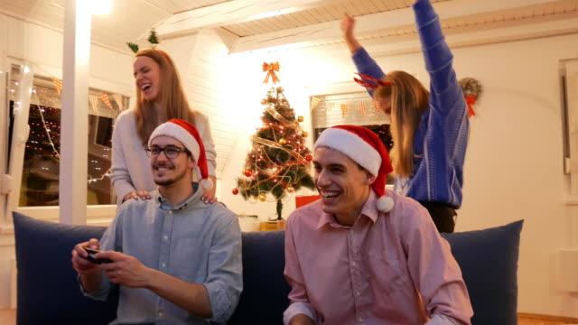 vídeos y material grabado en eventos de stock de fiesta de navidad - generación z celebrando la navidad y juegos de video - generation z