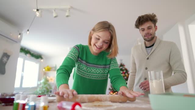 weihnachtsvorbereitungen - boyfriend stock-videos und b-roll-filmmaterial