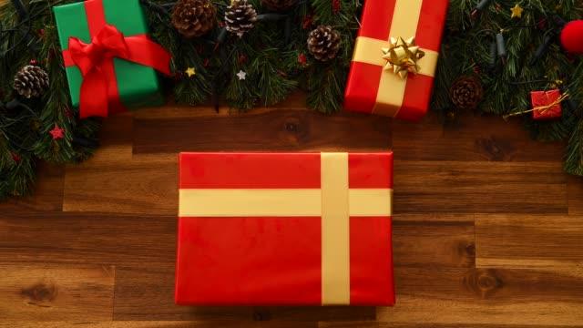 weihnachtsgeschenk - weihnachtsgeschenk stock-videos und b-roll-filmmaterial