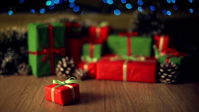 Weihnachtsgeschenke in eingerichteten Wohnzimmer