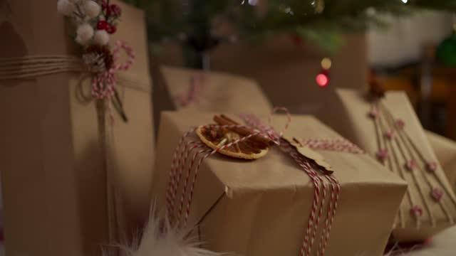 stockvideo's en b-roll-footage met kerstcadeaus - cadeau
