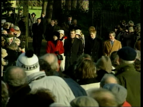 vídeos de stock, filmes e b-roll de royal family c1135 libby england norfolk sandringham ext members of the royal family walking along to attend christmas day church service queen... - golf cart
