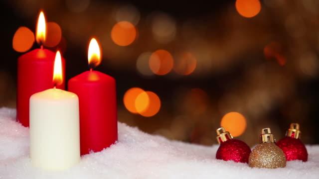 vídeos y material grabado en eventos de stock de escena de navidad con baubles y velas en la nieve - grupo mediano de objetos