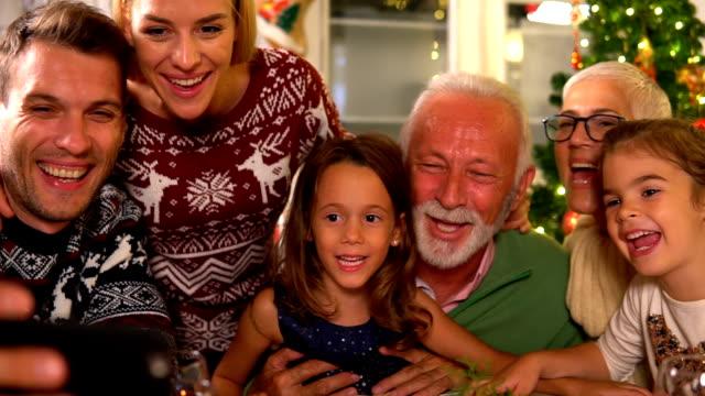 weihnachten vorteilssuche - großeltern stock-videos und b-roll-filmmaterial