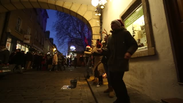 christmas shoppers browse stalls at the traditional christmas market that has opened close to the historic roman baths and bath abbey on november 30,... - sjunga bildbanksvideor och videomaterial från bakom kulisserna