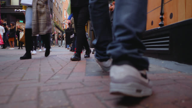 christmas shoppers on carnaby street, london - jeans stock-videos und b-roll-filmmaterial