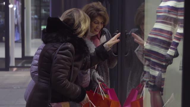 shopping di natale di notte - cappotto invernale video stock e b–roll