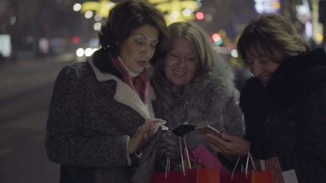 christmas shopping at night - persona di sesso femminile video stock e b–roll