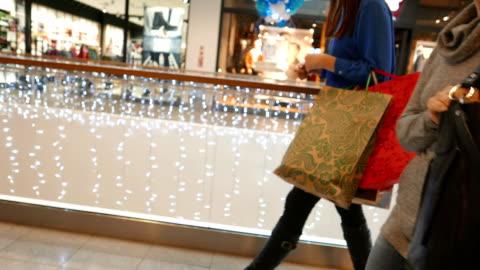 stockvideo's en b-roll-footage met kerstmis winkelen koorts - shopping centre