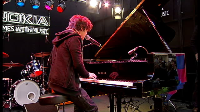 christmas shopping; jamie cullum performing on stage in front of oxfrod street shoppers sot - jamie cullum stock videos & royalty-free footage