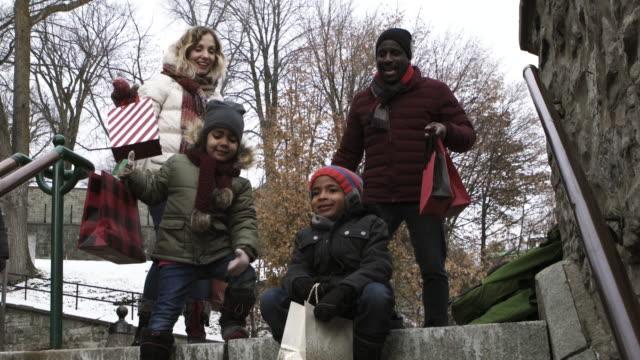stockvideo's en b-roll-footage met kerstinkopen mix race familie trap uitvoering presenteert - mixed race person