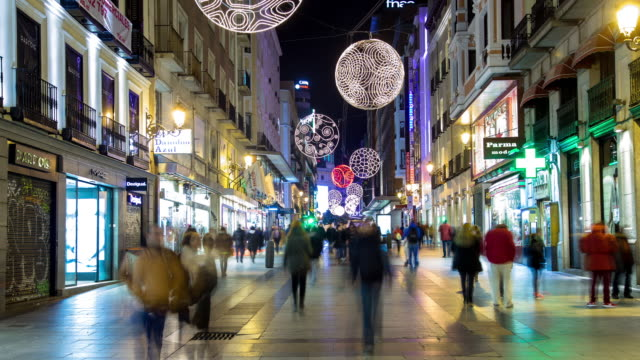 vídeos y material grabado en eventos de stock de christmas shopping on calle preciados, madrid - timelapse - invierno