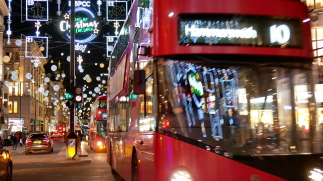 stockvideo's en b-roll-footage met 4 k & kerstinkopen in oxford street, londen - london england
