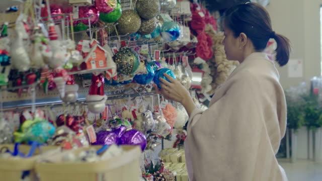 クリスマスの買い物 - ギフトショップ点の映像素材/bロール