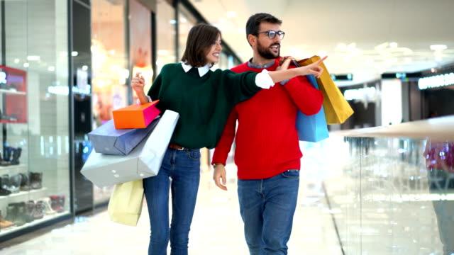 vídeos de stock e filmes b-roll de christmas shopping. - centro comercial
