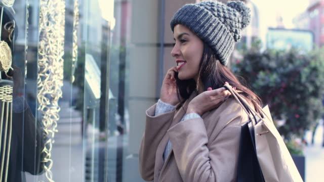 vídeos y material grabado en eventos de stock de compras de navidad, compras de la ventana. - mercancía