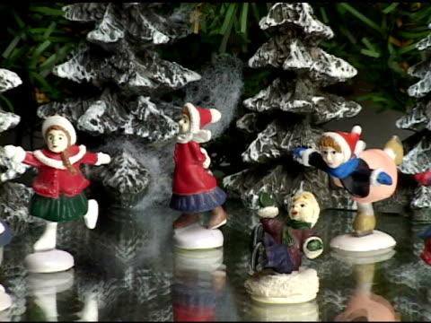vídeos y material grabado en eventos de stock de skaters de navidad - zoom hacia fuera