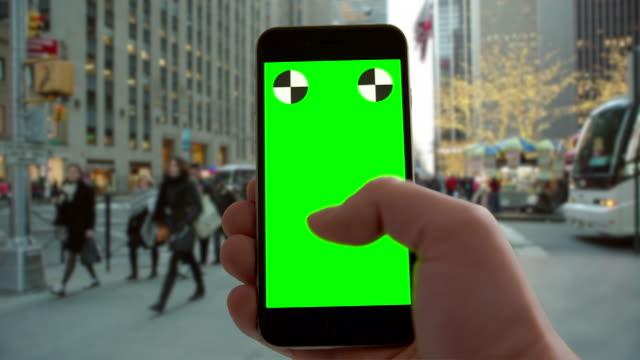 weihnachten smartphone greenscreen chromakey new york city urlaub verkehr - subjektive kamera blickwinkel aufnahme stock-videos und b-roll-filmmaterial