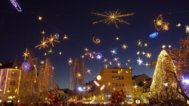 weihnachtliche stimmung in der stadt bei nacht - dekoration stock-videos und b-roll-filmmaterial