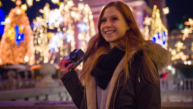 vídeos y material grabado en eventos de stock de espíritu navideño en la ciudad - brightly lit
