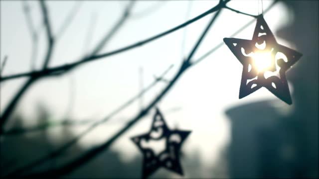 stockvideo's en b-roll-footage met kerstster, kerstversiering, boom, zon - monochroom