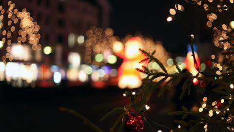 weihnachten verkehr-fußgänger überqueren sie die straße - fairy lights stock-videos und b-roll-filmmaterial