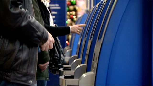 transport problems over the holiday period scotland prestwick airport passengers at checkin desks people using self checkin machines passengers with... - reisegepäck stock-videos und b-roll-filmmaterial