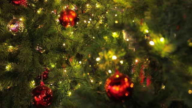 stockvideo's en b-roll-footage met kerstboom en kerstversiering. - cadeau