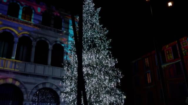 vídeos y material grabado en eventos de stock de christmas tree at duomo square at night. december 2018, como - decoración de navidad