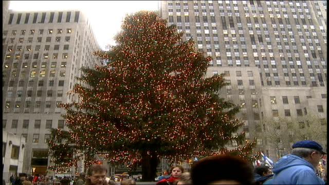christmas tree at rockefeller center in nyc - ロックフェラーセンターのクリスマスツリー点の映像素材/bロール