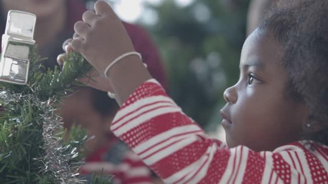 vídeos de stock, filmes e b-roll de decoração árvore de natal - árvore de natal
