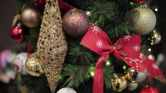 クリスマスツリーデコレーションクローズアップ - 針状葉点の映像素材/bロール