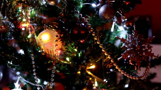 vídeos de stock, filmes e b-roll de árvore de natal decorações - luz de natal