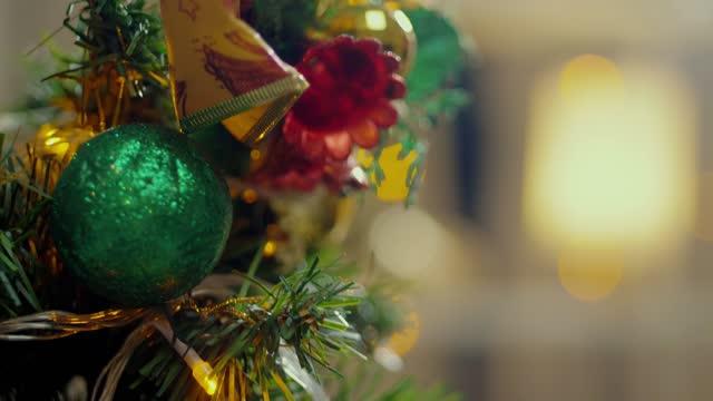 julgransdekorationer med varmt ljus hemma. - varmt ljus bildbanksvideor och videomaterial från bakom kulisserna