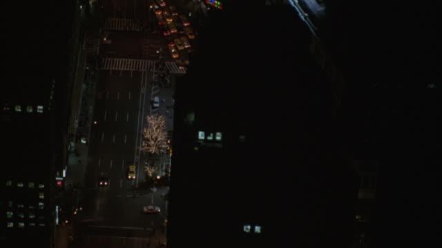 vídeos y material grabado en eventos de stock de a christmas tree in front of macy's department store lights up herald square. - macy's