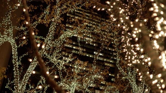 christmas tree in new york city. christmas decoration lights background - クリスマスライト点の映像素材/bロール