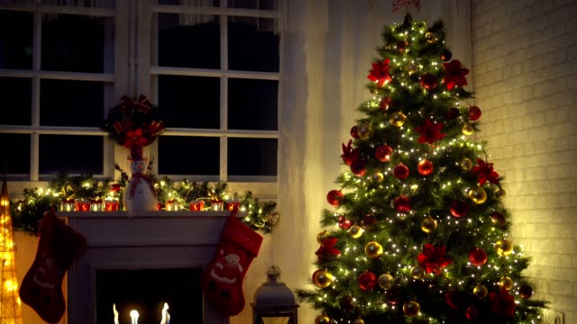 christmas tree near fireplace at home - soggiorno video stock e b–roll