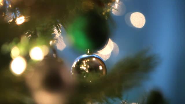 vídeos y material grabado en eventos de stock de árbol de navidad ornamentos - foco difuso