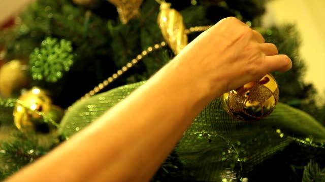 vídeos de stock, filmes e b-roll de árvore de natal - enfeitar a árvore de natal