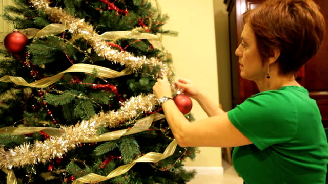 vídeos de stock e filmes b-roll de christmas tree - enfeitar a árvore de natal