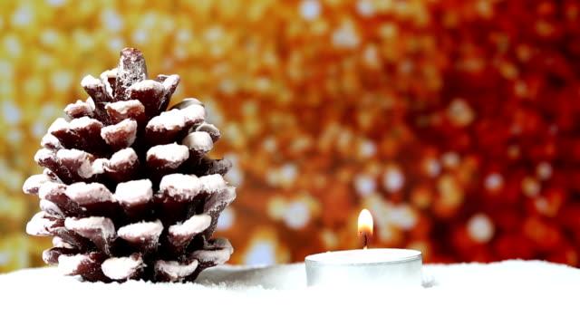 Sapin de Noël avec des bougies et des paillettes fond
