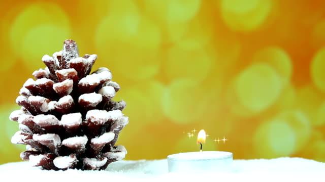 Sapin de Noël avec des bougies et des paillettes